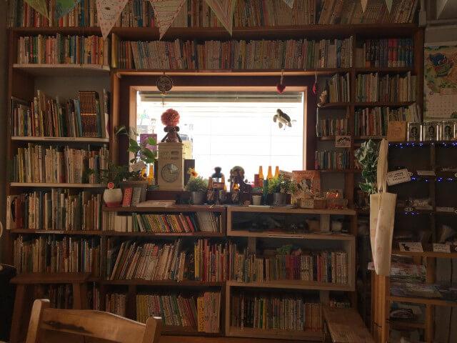 絵本カフェholoholo|窓を囲む本棚