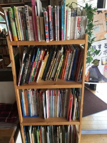 絵本カフェholoholo|入り口の絵本棚